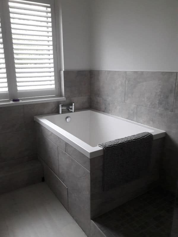 A compact bath, the Calyx 1240 takes up little room as a space-saving corner bath